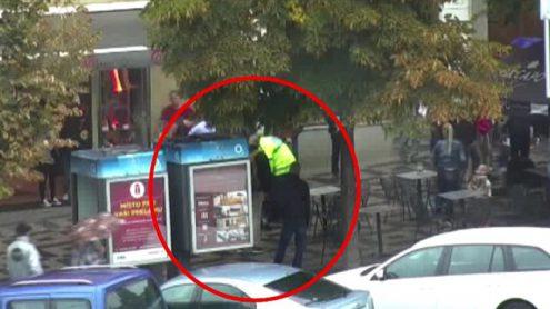 В центре Праги мужчина напал на прохожих