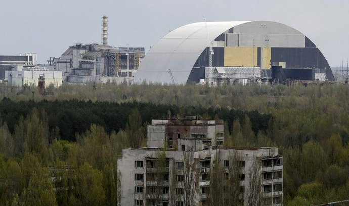 2828952_cernobylska-jaderna-elektrarna-vlevo-stary-sarkofag-vpravo-nove-budovany-prikrov