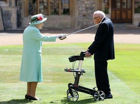 Елизавета II посвящает в рыцари
