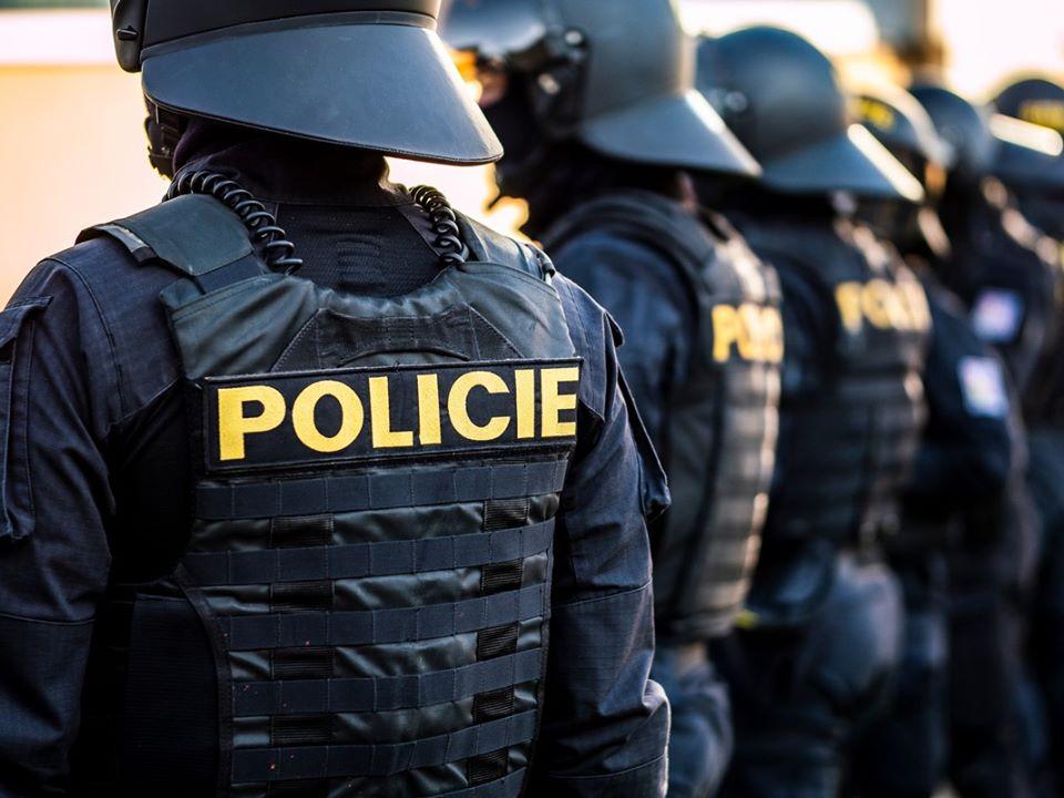 Полиция вызывает сотни полицейских в Праге в знак протеста против фанатов