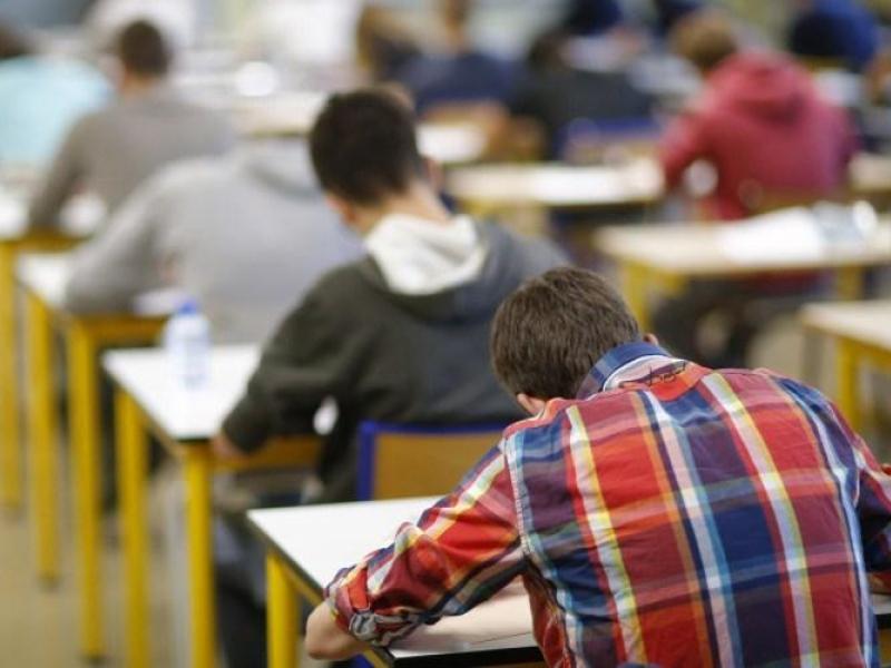 Сегодня частично открываются средние школы и университеты