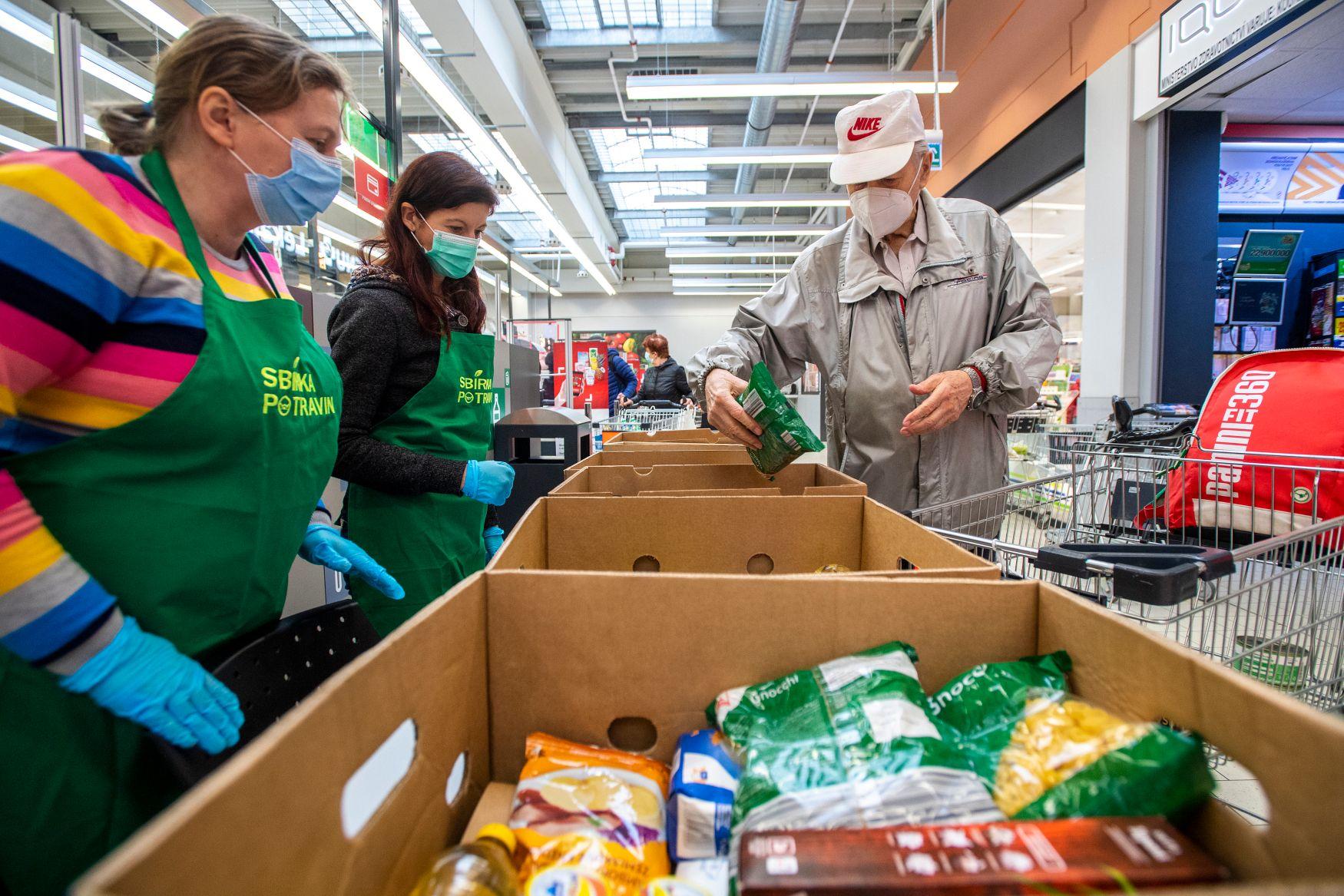 Тысячи людей присоединились к сбору продуктов для нуждающихся