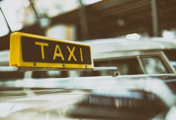 Осенью доходы таксистов резко упали из-за комендантского часа