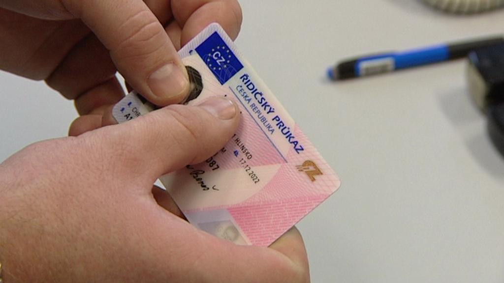 Срок действия истекающих водительских прав будет продлен на 10 месяцев