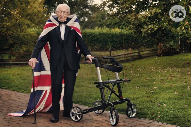 Жители Великобритании аплодисментами по всей стране почтили память ветерана, сэра Томаса Мура