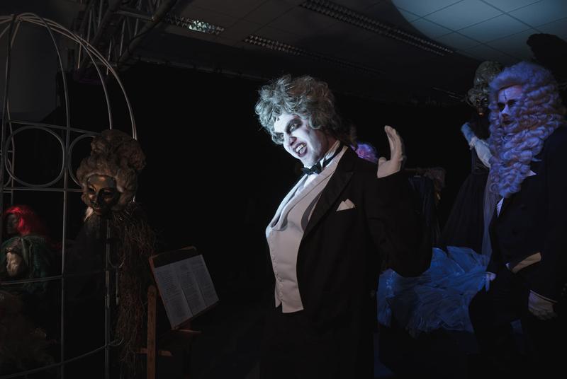 Артисты Силезского театра в Опаве выступили в витрине универмага «Слезанка»